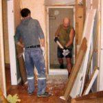Демонтаж дверей и дверных коробок